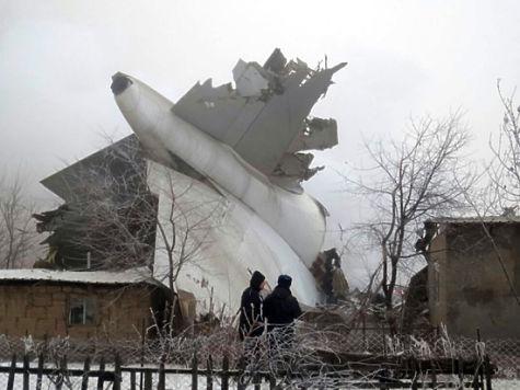 Пилот упавшего вКиргизии самолета скончался подороге в клинику