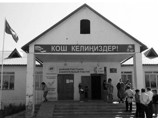 Почему бишкекская школа перегружена в 7 раз, а ученики сидят по четверо за одной партой?