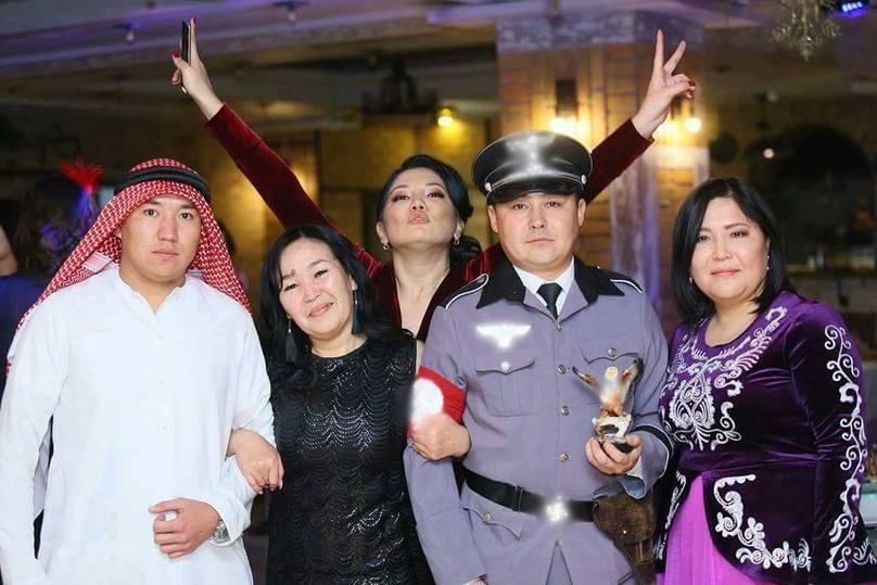 Репортер  ОТРК пришел наелку вкостюме нациста. Кыргызстанцы вшоке